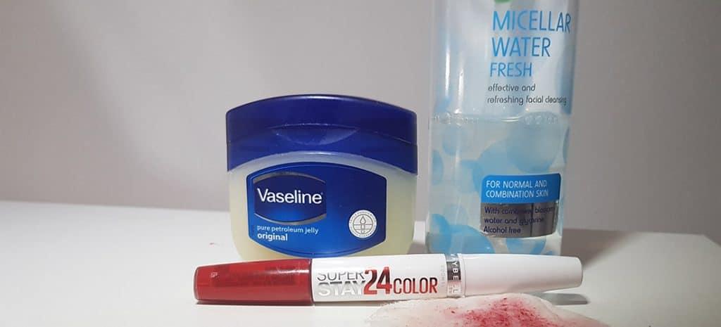 Breng Vaseline op je lippen en verwijder met make-up remover op basis van micellar water
