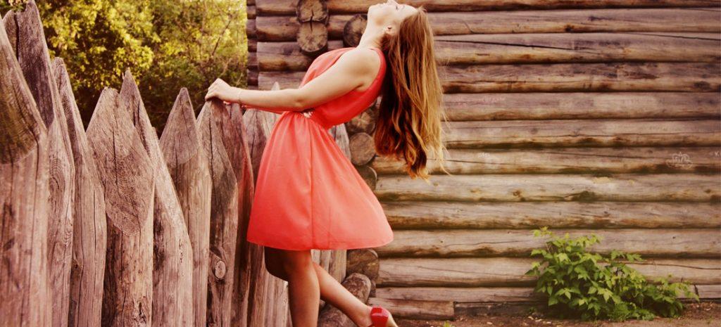 foto met vrouw in een rode jurk