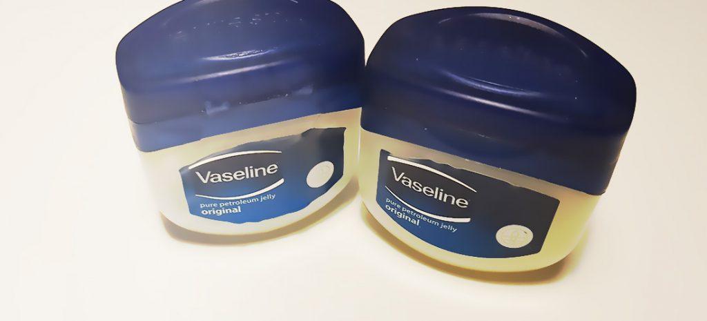 Vaseline smeren op je lippen voorkomt gebarsten en droge lippen