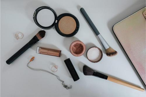 Make-up_and_some_brushes